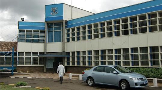 Eingang des Kenyatta National Hospital samt Parkplatz