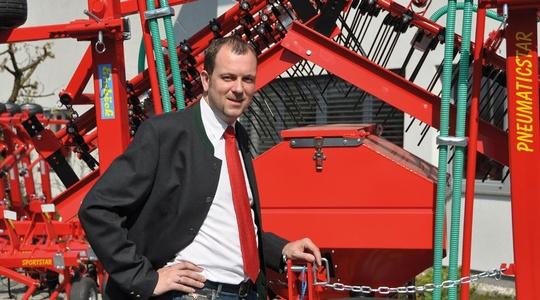 Vertriebsleitung / CMO Martin Wagner vor einer landwirtschaftlichen Maschine