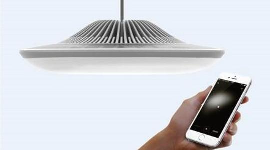 smarte Design Leuchte und Hand mit Smartphone