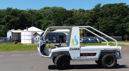 """Arbeitsfahrzeug """"CH4PA"""" vor der Biogas und Biomethan Demonstrationsanlage UD CIBiogás in Itaipu"""