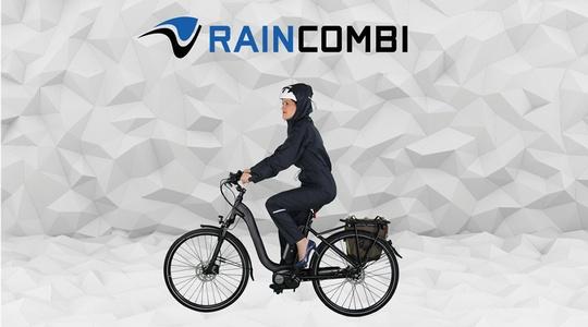 Frau am Fahrrad die den Raincombi Regenoverall trägt