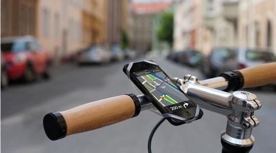Zwei Gründer von Bike Citizens mit ihren Fahrrädern