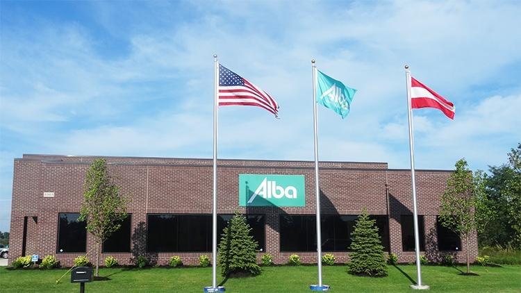Fahne mit dem Logo der Alba tooling & engineering GmbH vor einem Backsteingebäude