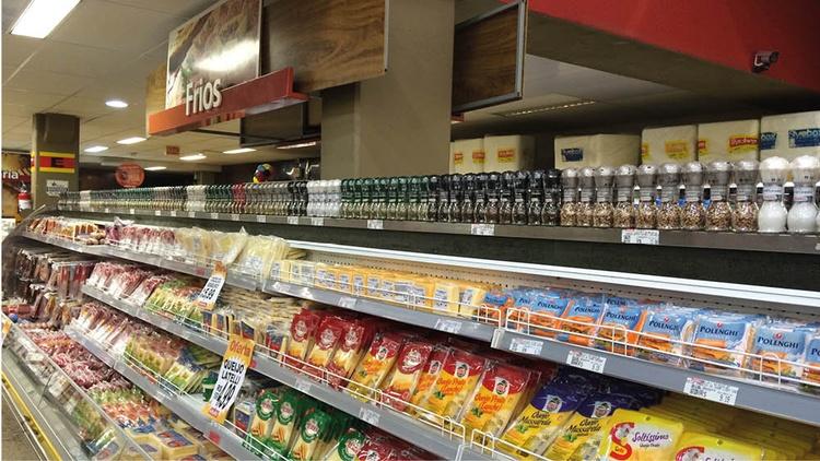 Supermarktregal mit Gewürzen von Kotányi