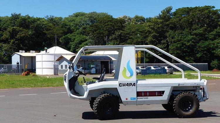 """Brasilianischer Botschafter Evandro Didonet mit Georg Wagner von Spirit Design und Vertretern von CIBiogás und Itaipu vor dem biomethan-getriebenes Arbeitsfahrzeug """"CH4PA"""""""