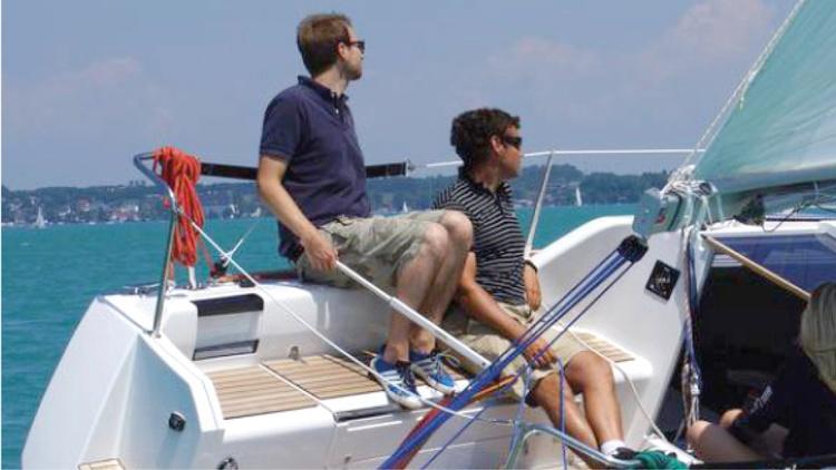 Zwei Männer auf einem Boot mit Aquamot Motor.