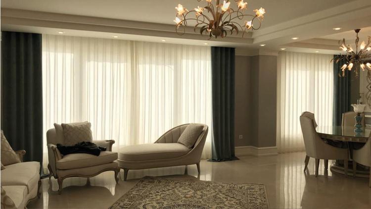 Stilvolles Wohnzimmer mit Vorhängen im Hintergrund