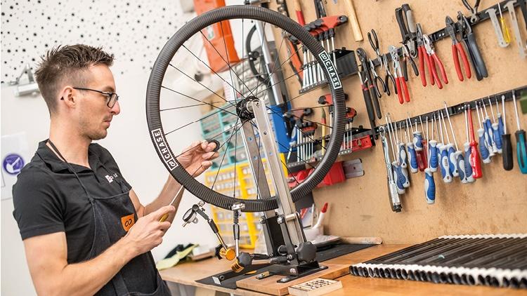 Felix Schneider bei der Arbeit an einem Fahrradreifen