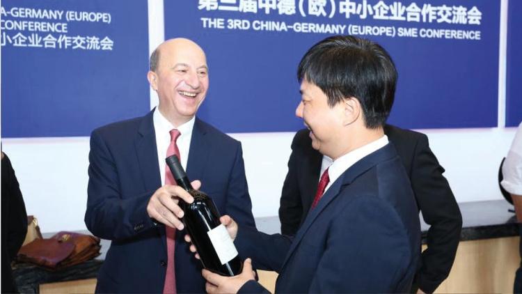 Michael Höferer mit seinem Unternehmer-Partner Wu Kedong