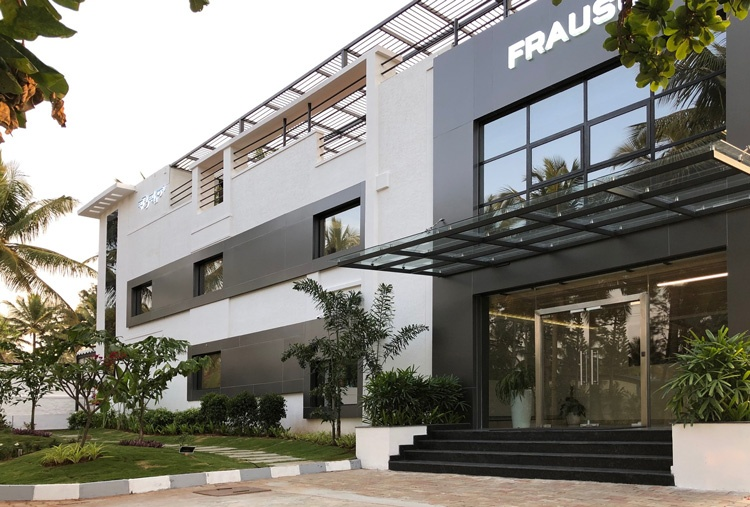 neues, modernes Gebäude der Frauscher Produktion in Indien