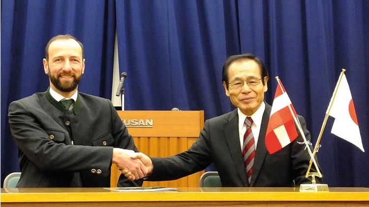 Handshake zwischen Thomas Pusch von MM Forsttechnik und japanischem Partner