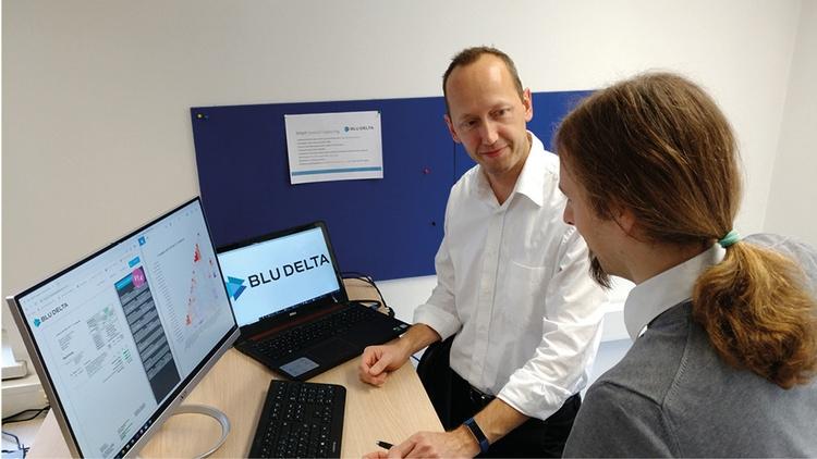 Martin Loiperdinger (Co-founder) im Gespräch mit einem zweiten Mann