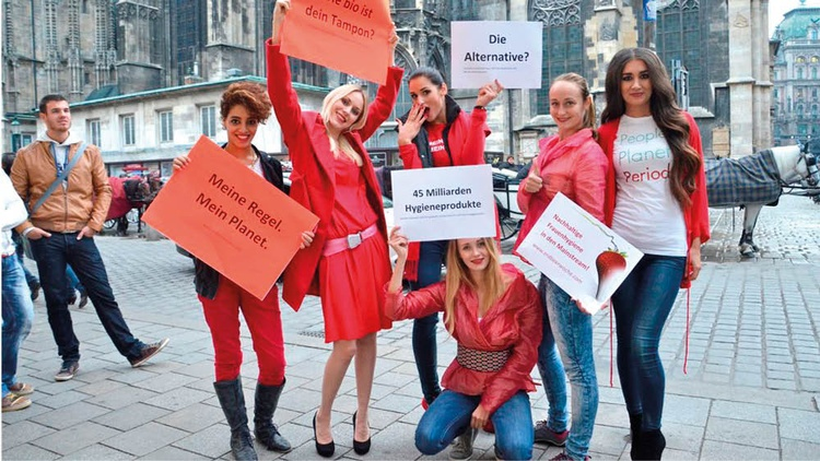 Marketing Aktion von Erdbeerwoche mit Schildern und T-Shirts