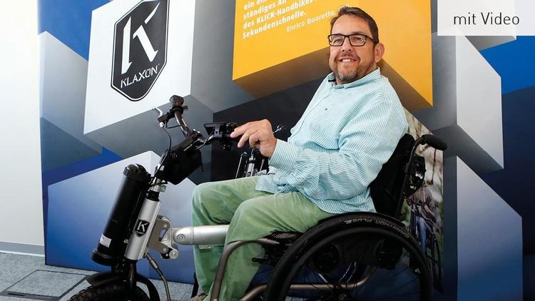 Mann im Rollstuhl mit Klaxon Handbike