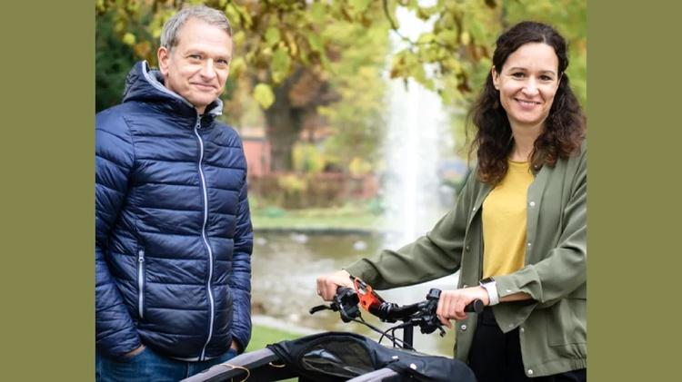 Ein Fahrradlenker mit Smartphone-Halterung, auf der die Bike City App geöffnet ist.