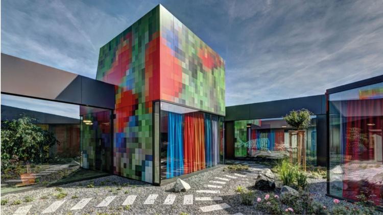 modernes Gebäude mit kreativer Fundermax Fassade
