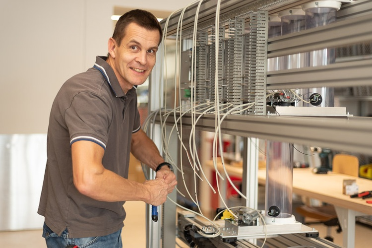Mitarbeiter der Thalmayr GmbH beim Verkabeln