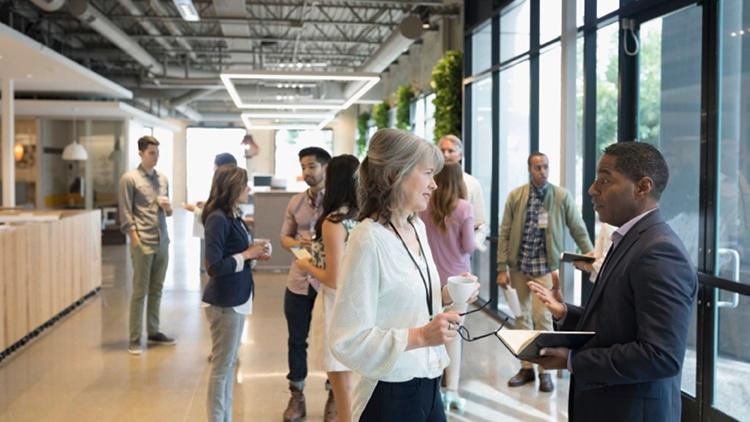 Mehrere Personen führen Gespräche bei einer Veranstaltung