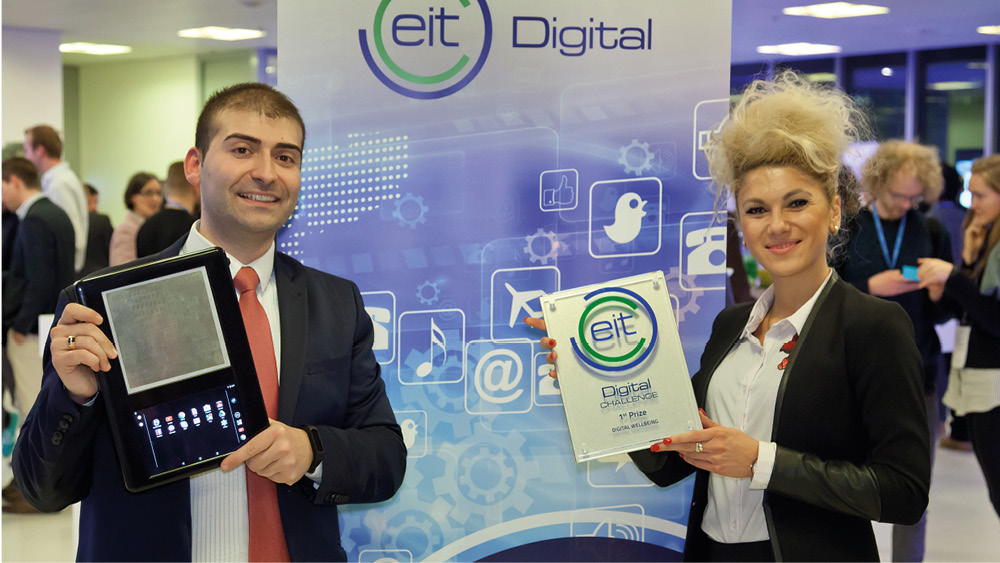 Die BLITAB Preisträger des EIT Digital Wellbeing in the Neatherlands Preises mit ihrem Produkt