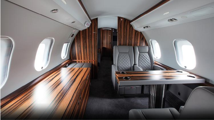 Holzvertäfelte Innenausstattung eines Flugzeugs