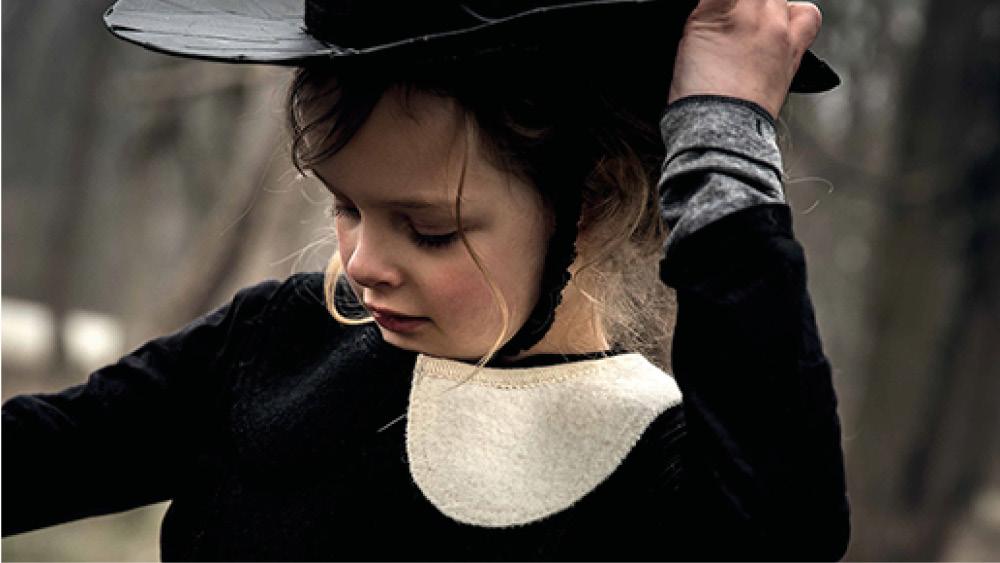 Mädchen mit Hut und schwarz-weißer Kleidung von Hilda.Henri