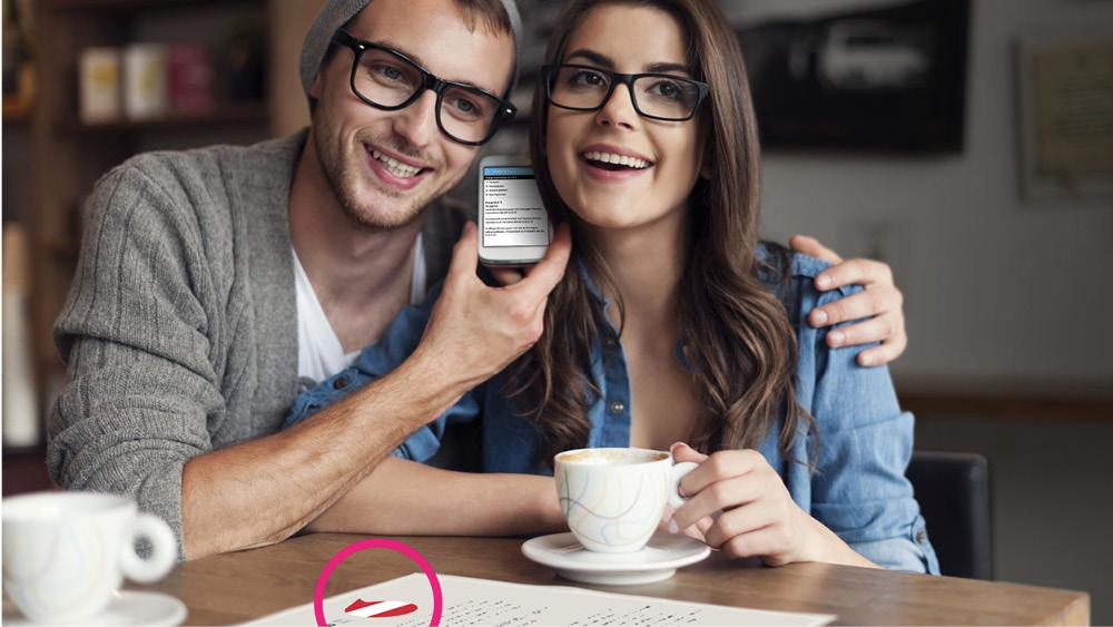 EIN JUNGES PAAR NUTZT DIE Sprachausgabe der Speech Code App am Smartphone