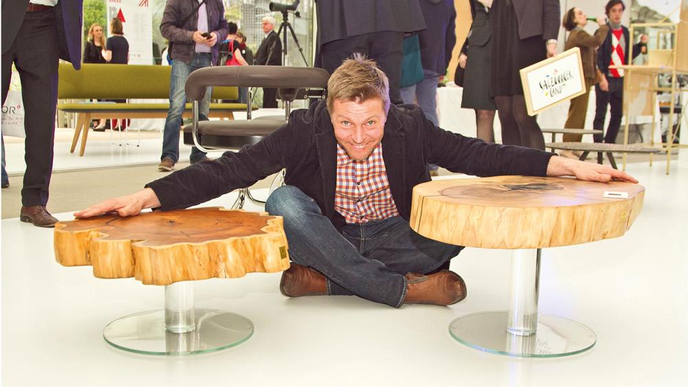 Raimund Sandhoff mit zwei seiner Holzmöbel