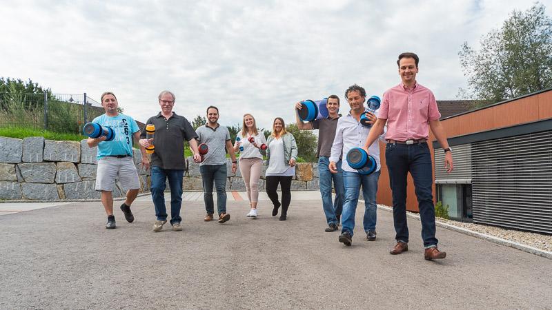 Mitarbeiter des Thalmayr-Teams präsentieren einen Auszug aus dem Rohrpostbüchsenportfolio